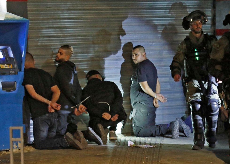 Grupos de árabes israelíes fueron detenidos en la ciudad de Lod por fuerzas israelíes durante los enfrentamientos.