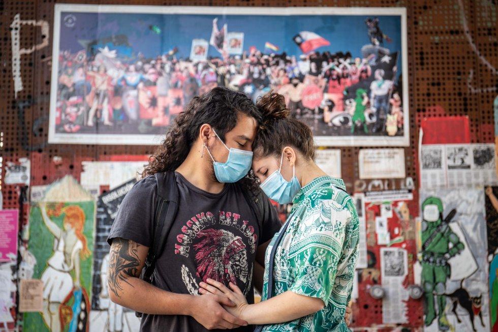 Kevin Villalobos, izquierda, se toma de las manos con su pareja. Él fue parte de los manifestantes que tomaron las calles en octubre de 2019, cuenta que asistirá a votar este domingo.