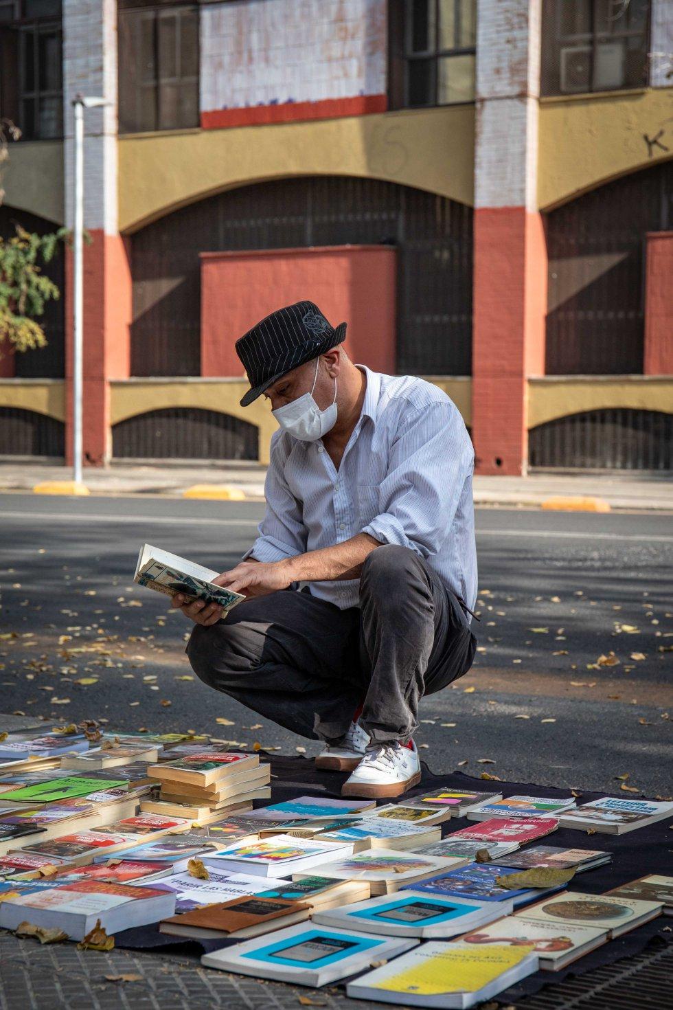Fabián, de 51 años, se dedica a la venta de libros en los alrededores de la Plaza Italia tras haber quedado sin trabajo hace cinco años.