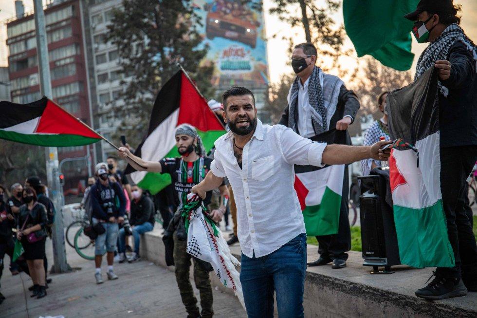 A diferencia de octubre de 2019 o de la víspera del plebiscito, el día de ayer en la Plaza Italia no había más de 150 personas, quienes se manifiestan de manera pacífica en apoyo al pueblo palestino.