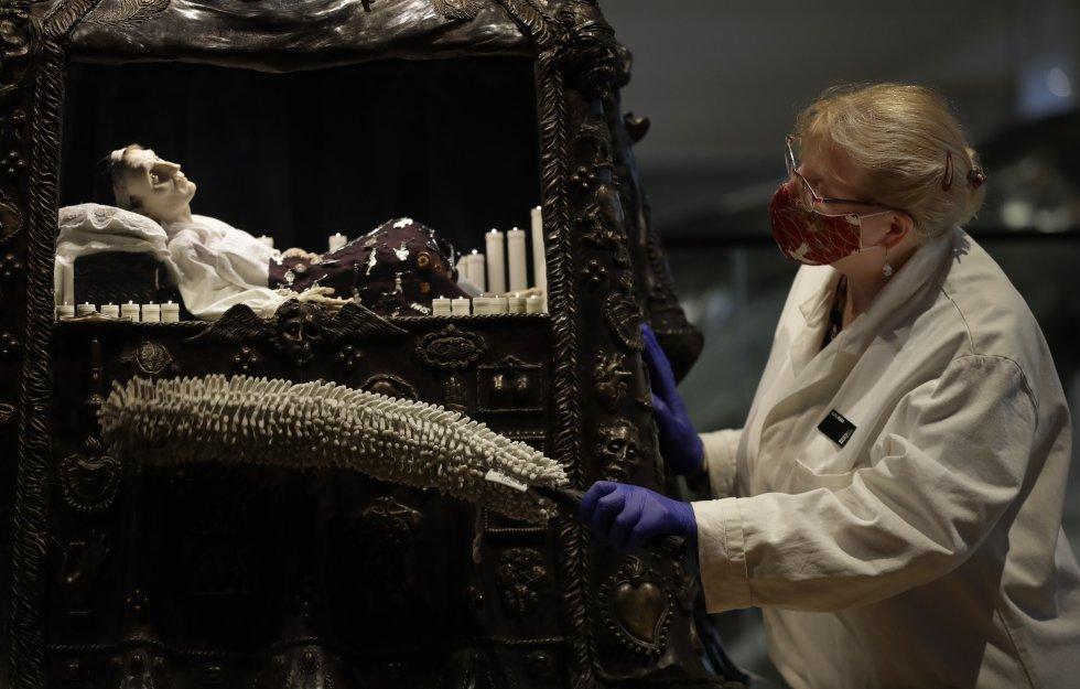 La conservatrice de Collections Care, Kate Perks, nettoie une sculpture d'Eleanor Crook, combinant symbolisme médical et religieux pour nous aider à réfléchir sur la fragilité de la vie humaine, exposée lundi au London Science Museum.