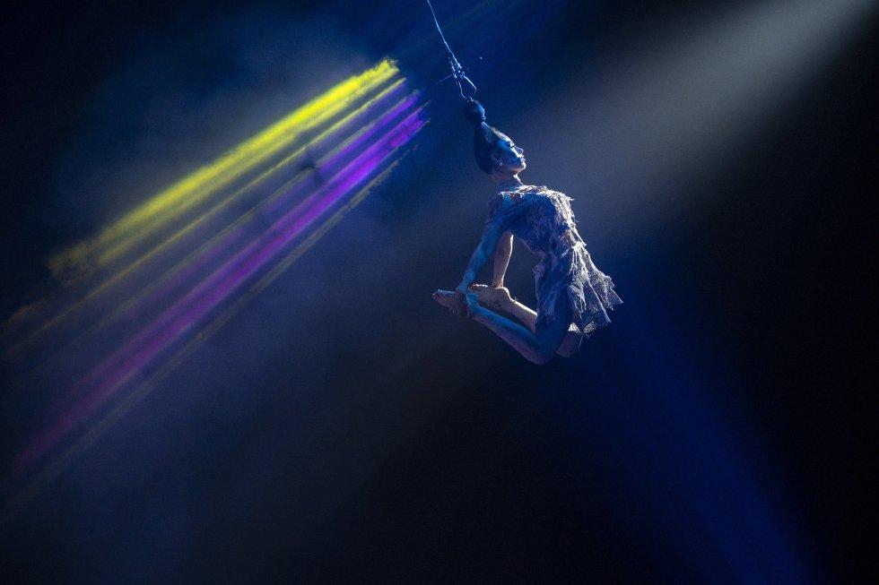 L'artiste argentine Portugal vole à travers la tente alors qu'elle joue son numéro lors du cirque paranormal au Colisée du comté d'Ector le samedi 15 mai 2021 à Odessa, au Texas.  Le cirque paranormal sera à Odessa jusqu'au 23 mai.