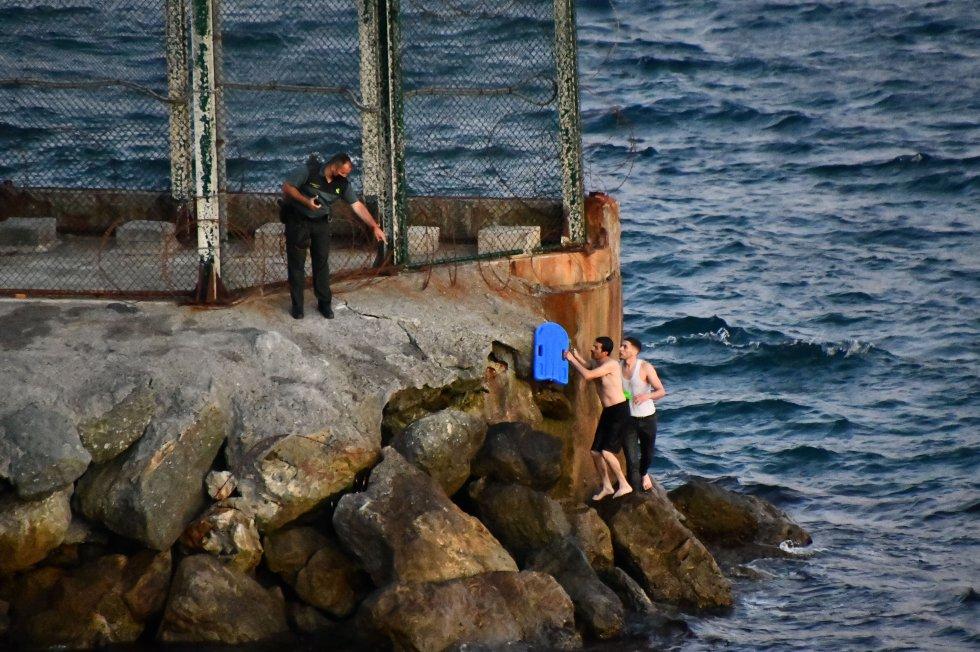 Pouco mais tarde da segunda-feira, as entradas se repetiam também pelo quebra-mar do Tarajal, a zona em que centenas de jovens marroquinos utilizaram no último fim de semana de abril para chegar a território espanhol.