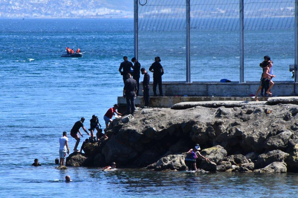 O auge de chegadas registrado nesta segunda-feira lembra ao do dia 26 de abril. Naquele dia, mais de 128 pessoas, segundo dados de Cruz Vermelha, chegaram a Ceuta através da praia próxima a Fnideq.