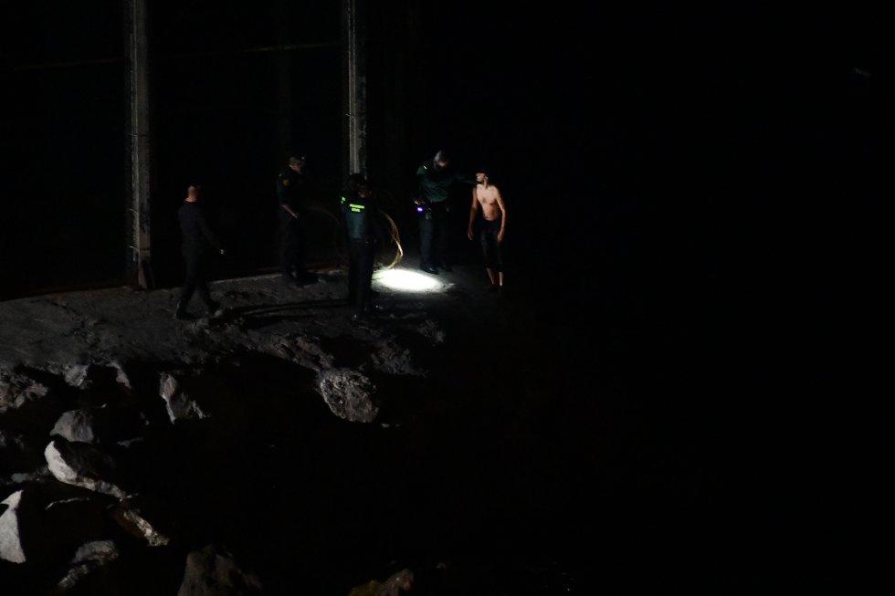 Agentes da Policia civil em Ceuta, ante a chegada a nado de um grupo de jovens vindo do Marrocos, nesta segunda-feira.