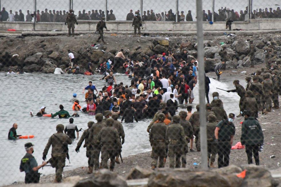 Dezenas de imigrantes tentaram chegar nadando na fronteira do Marrocos com Espanha em Ceuta, nesta terça-feira.