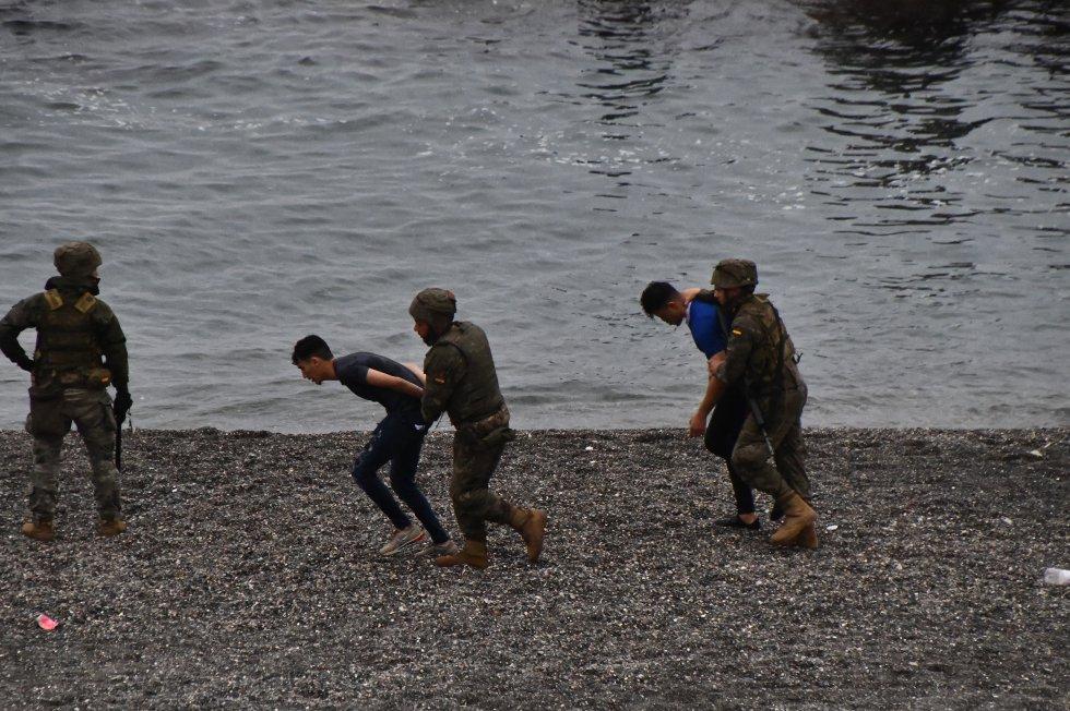 O exercito desaloja a praia do Tarajal e obriga os marroquinos a voltarem para a fronteira.