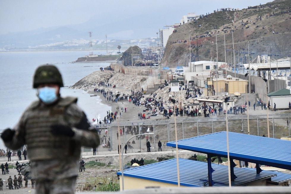 Dezenas de marroquinos aguardam na fronteira do Marrocos com Espanha em Ceuta.