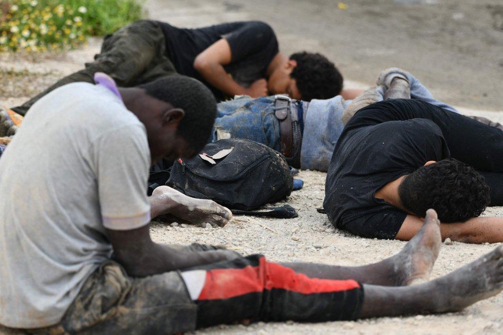 Um grupo de imigrantes descansa após chegar nadando a Ceuta, na Espanha, nesta terça-feira.
