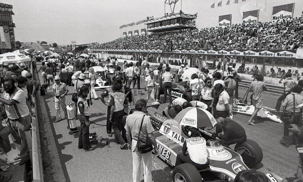 Fue la última vez que la fórmula 1 voló en El Jarama. Unos 70.000 espectadores vivieron, el 21 de junio de 1981, en el circuito cercano a Madrid, la sexta y última victoria de Gilles Villeneuve. El Gran Premio de España fue, en su momento, considerado como una de las carreras bonitas y emocionantes desde el inicio de la F1 en 1950. Era la séptima prueba de la temporada. La primera parte estuvo dominada por un brillante Alan Jones, que hizo una espectacular carrera, y que llegó séptimo a pesar de salirse de pista. La segunda por Villeneuve, que en un final apretadísimo (entre el primero y el quinto solo hubo un segundo) se impuso por delante de cinco coches que, al menos en teoría, eran más rápidos.