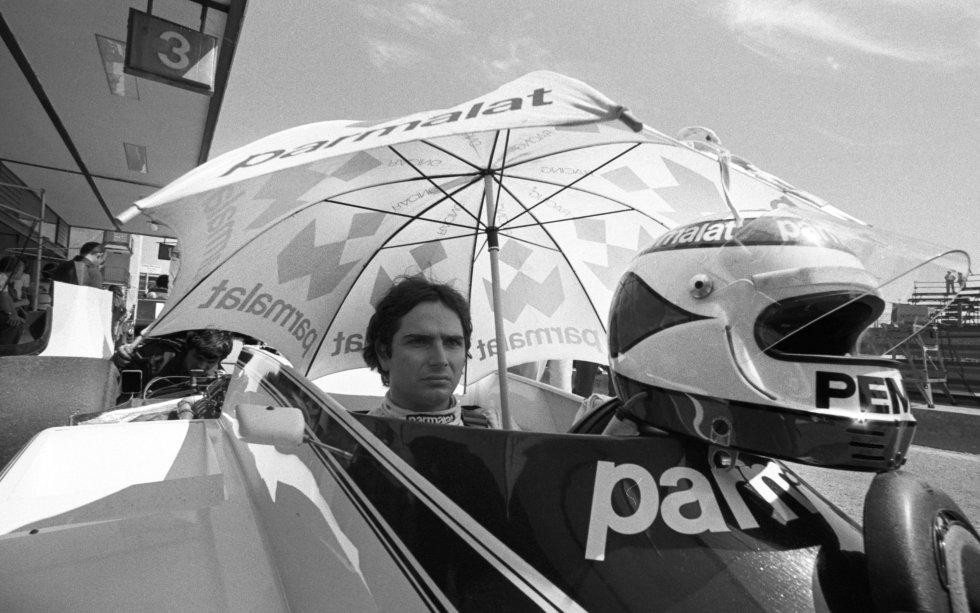 Un sol de justicia hace que el asfalto alcance los 40º a la hora de la salida y pone al límite las mecánicas y los neumáticos de los coches. Quienes sufren de verdad el intenso calor son los pilotos, como Nelson Piquet, protegido por un paraguas en el interior de su Brabham BT49. El fenómeno brasileño, que ya había sido primero en Argentina y San Marino, terminaría ganando el campeonato de la F1 solo un punto por delante del argentino Carlos Reutemann. Sería el primero de sus tres títulos mundiales. En el Jarama no conseguiría acabar la carrera; presionado por Alan Jones, se saldría de pista en la vuelta 43.