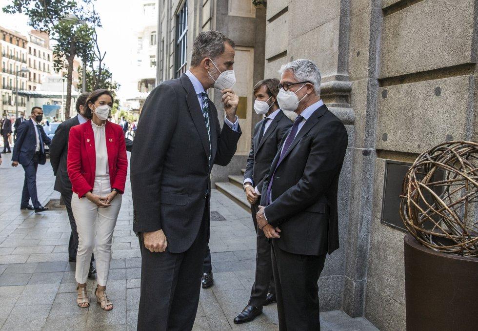 El Rey (en el centro) saluda a Javier Moreno (derecha), director de EL PAÍS, y Rosauro Varo, vicepresidente no ejecutivo de PRISA, acompañado de la ministra de Industria, Comercio y Turismo, Reyes Maroto.