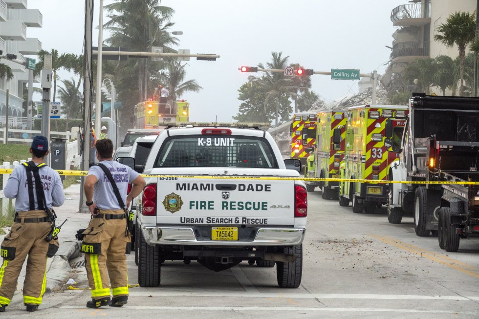 Varios equipos de rescate de Miami-Dade buscando a los posibles supervivientes en el colapso parcial de un edificio de 12 pisos en Surfside. El suceso se ha producido entre la calle 88 y la avenida Collins, en la localidad de Surfside, a unos nueve kilómetros de Miami Beach, en la línea de costa.