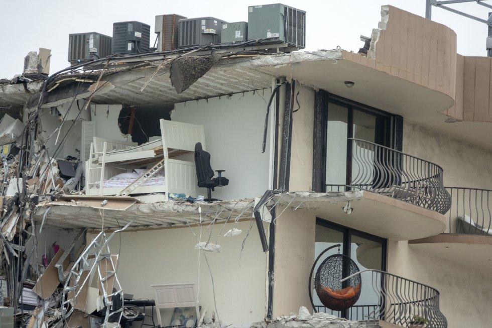 Detalle del edificio dañado. De momento se desconocen las causas del derrumbe. Hasta el lugar se han desplazado 80 dotaciones de rescate entre policía y miembros de los distintos cuerpos de bomberos del condado de Miami-Dade.
