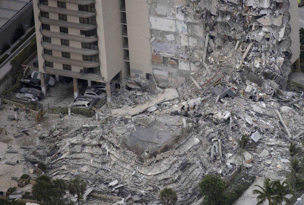 Vista aérea de la zona afectada por el derrumbe. El edificio consta de un centenar de apartamentos y el colapso ocurrió de madrugada.