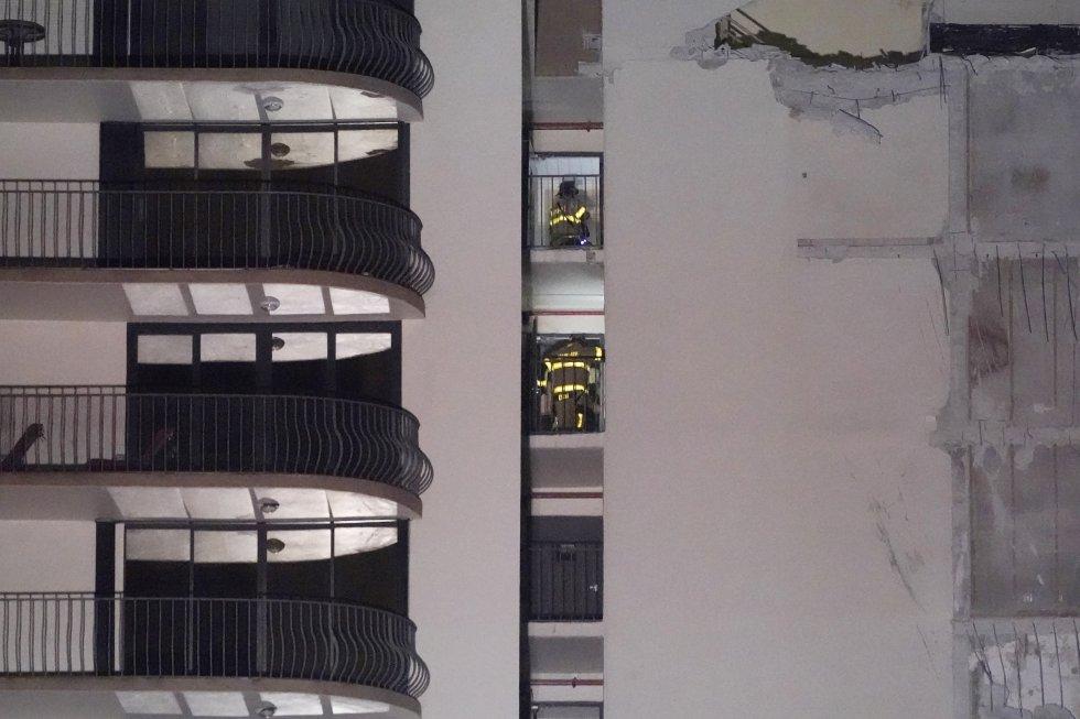 Los bomberos buscan a posibles supervivientes en los restos del edificio. La tarea continúa en la montaña de escombros formada junto al edificio Champlain Towers, donde han trabajado a lo largo de la noche casi un centenar de rescatistas.