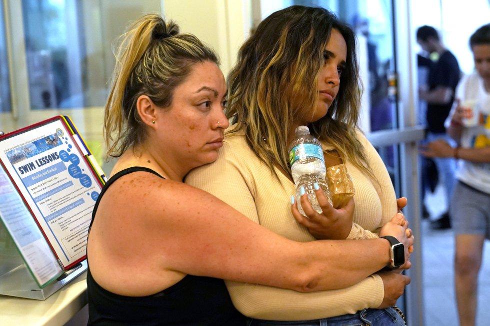 Dos mujeres se abrazan en un centro de reunificación familiar, establecido entre la calle 93 y la avenida Collins para la búsqueda de desaparecidos.
