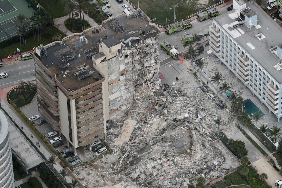 Vista general del edificio colapsado. Unas 35 personas fueron rescatadas del edificio y dos fueron rescatadas de los escombros, informó en una rueda de prensa Ray Jadallah, jefe del Cuerpo de Bomberos de Miami-Dade.