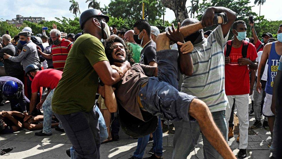 """Un manifestante es detenido por policías vestidos de civil en La Habana, este domingo. Inusuales gritos de """"libertad"""" y """"abajo la dictadura"""" se pudieron escuchar en La Habana Vieja y otros lugares de Cuba, amplificados por las redes sociales, que en los últimos meses han sacudido el panorama político del país."""