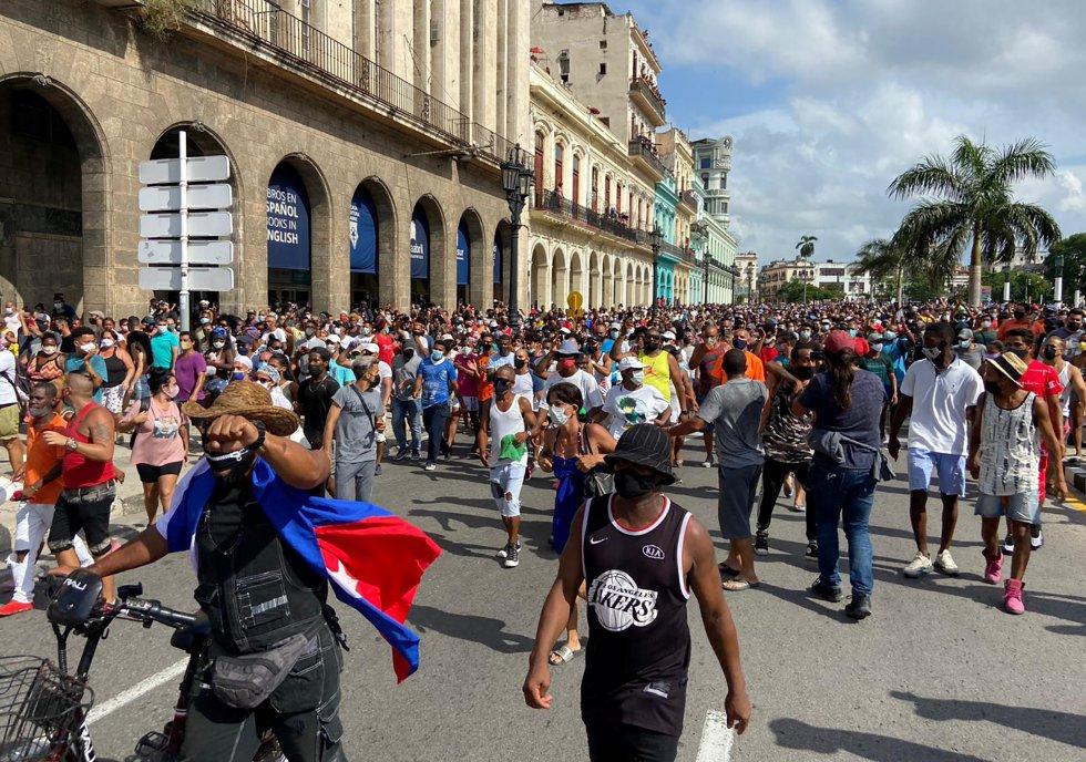 """La chispa comenzó en el pequeño poblado habanero de San Antonio de los Baños, donde cientos de personas se echaron a la calle por los largos apagones y en demanda de ser vacunados, pero después pidiendo """"libertad"""" y cambios políticos. La protesta se extendió por las redes sociales hasta La Habana."""