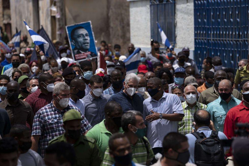 Ante la magnitud de las protestas, el presidente cubano, Miguel Díaz-Canel, se trasladó a San Antonio de los Baños al mediodía y recorrió el pueblo, habló de la difícil situación epidemiológica que vive el país y de los esfuerzos del Gobierno para hacerle frente.