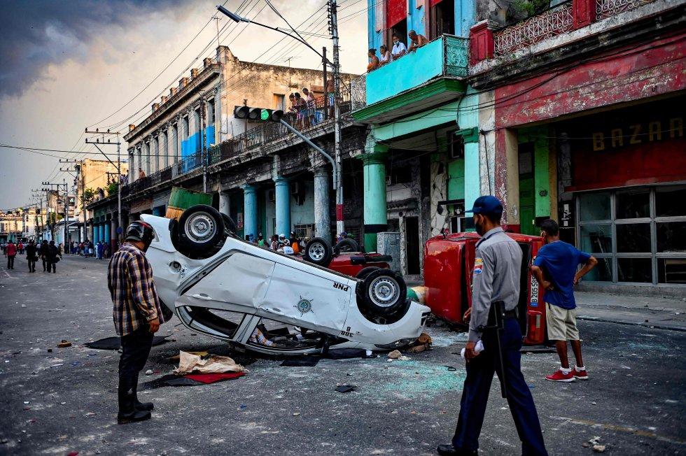 Un vehículo de policía volcado durante las protestas en La Habana, este domingo.