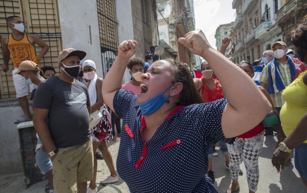 """Una mujer grita consignas a favor del Gobierno cubano frente a los manifestantes en La Habana. Díaz-Canel pronunció la famosa frase que era un mantra de Fidel Castro: """"La calle es de los revolucionarios"""". Es decir, a la calle los fieles a combatir las protestas."""