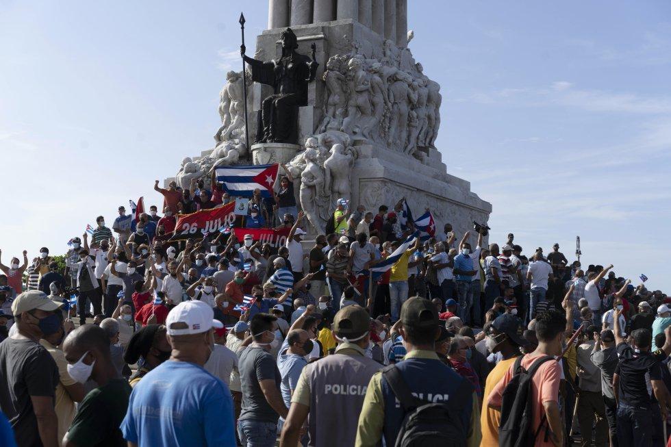 Cientos de manifestantes se congregan en el monumento a Máximo Gómez, en La Habana.