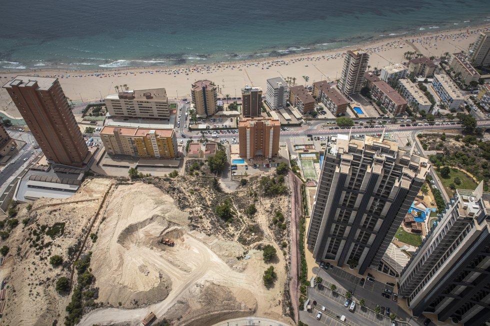 El edificio se encuentra a unos 200 metros en línea recta de la playa de Poniente, a la que puede accederse a pie en un paseo de siete minutos.