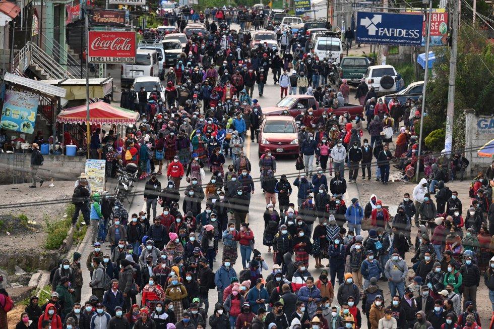 Indígenas bloquean una carretera en Totonicapán exigiendo la renuncia del presidente de Guatemala, Alejandro Giammattei, y de la procuradora general de Guatemala, Consuelo Porras, luego de la destitución del fiscal especial contra la impunidad de Guatemala, Juan Francisco Sandoval.