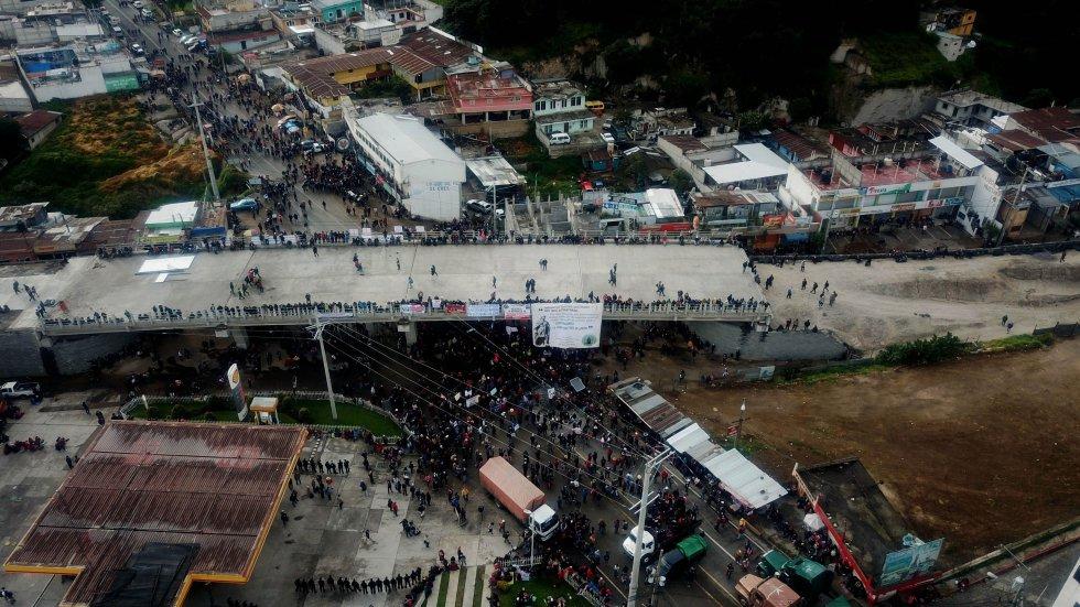 Integrantes de los 48 cantones bloquean la carretera Interamericana en San Cristóbal, Totonicapán, en una convocatoria a paro nacional en protesta contra el presidente Alejandro Giammattei.