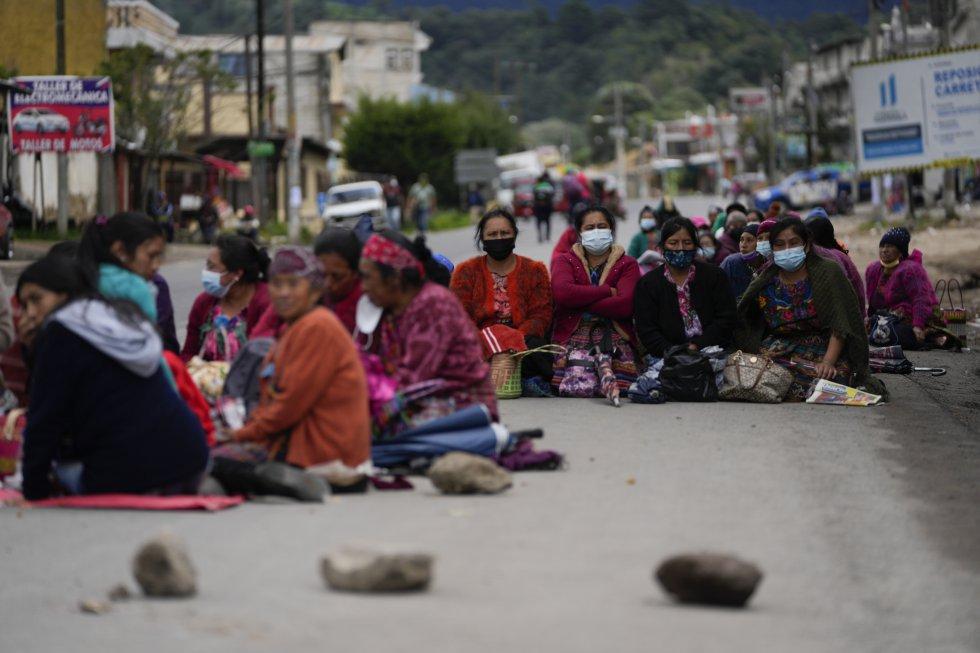 Un grupo de mujeres bloquea la Carretera Interamericana en Totonicapán.