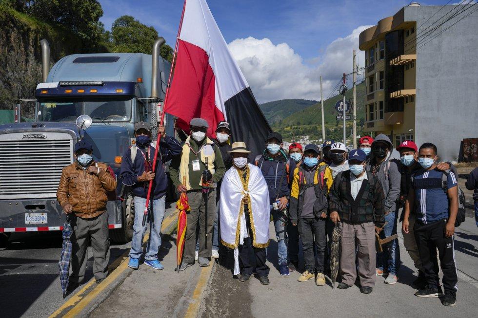 El alcalde indígena José Tax Sapon, envuelto en una bandera blanca, durante el bloqueo de la Carretera Interamericana en Totonicapán.