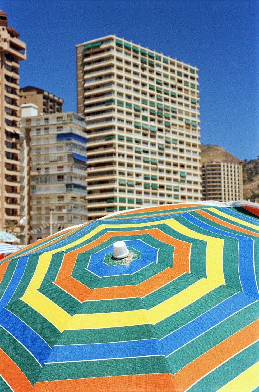 """Otra instantánea del primerrnviaje del fotógrafo de Magnumrna Benidorm, en 1997. MartinrnParr define esta ciudad, de larnque se confiesa """"enamorado"""",rncomo un lugar de turismorn""""con mucha clase""""."""