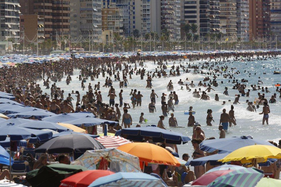La atracción casi obsesiva por las playas en el trabajo de Parr viene de sus comienzos. Por su cámara han desfilado arenales de Cornualles, Cannes o Miami. Esta imagen de Benidorm data de 2014.
