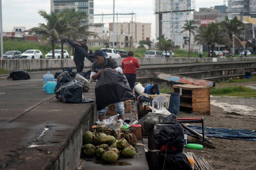 Vendedores han desalojado las costas ante el riesgo de intensos oleajes en Boca del Río, Veracruz. El Sistema Meteorológico Nacional informó de que se espera que las olas alcancen hasta cinco metros de altura.