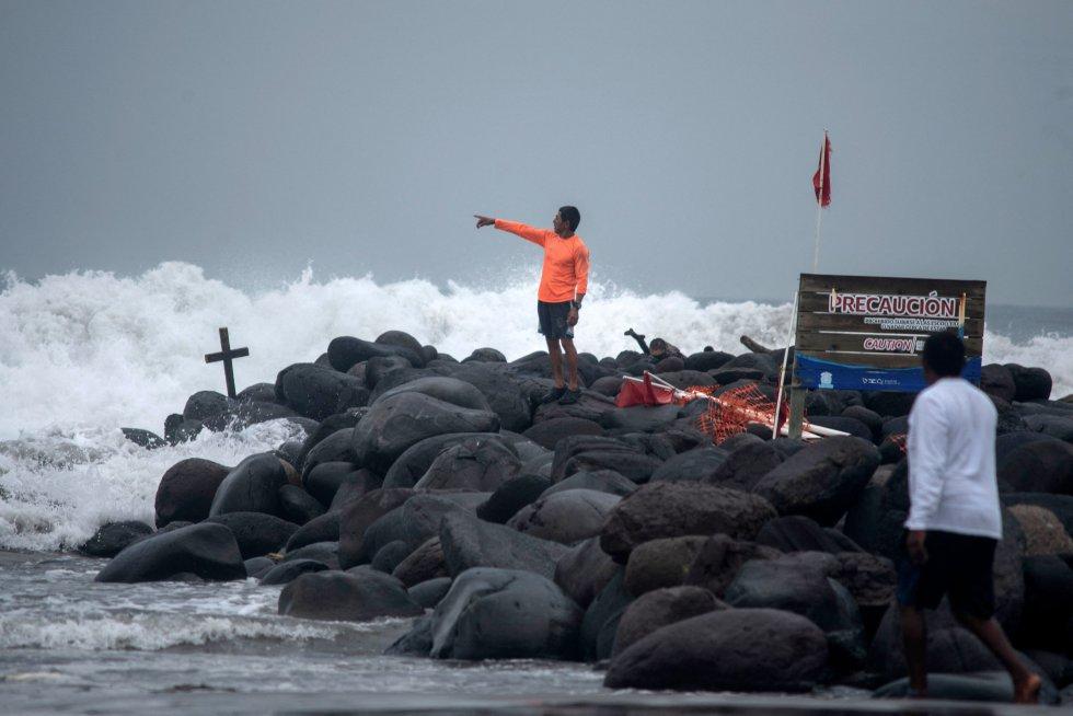Un salvavidas inspecciona el oleaje de la costa de Boca del Río. En el Estado de Veracruz se han instalado mandos de coordinación de emergencia en 107 municipios que se verán afectados por el paso del huracán.