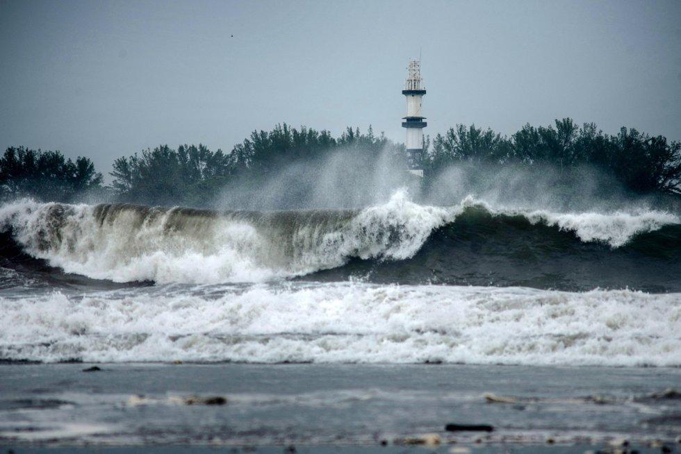 El gobernador de Veracruz, Cuitáhuac García, informó de que a diferencia de lo sucedido en la península de Yucatán, el huracán chocará con la sierra del Estado y causará escurrimientos hacia las cuencas hidrológicas, inundaciones y deslaves.