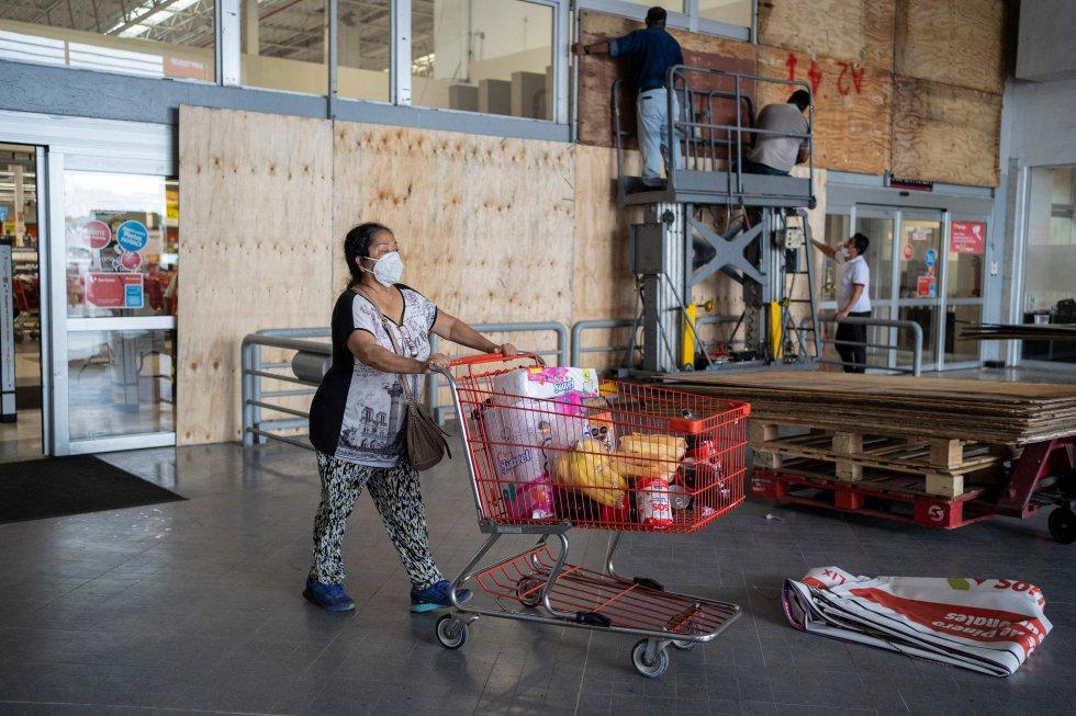Habitantes de Boca del Río, en Veracruz, se preparan con víveres para la llegada del huracán.
