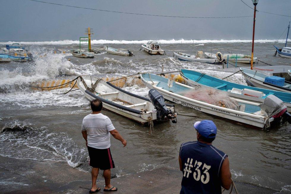 Los pescadores de la zona se preparan para sacar sus botes de la costa. El Gobierno del Estado de Veracruz ha recomendado a todos los habitantes que corroboren el estado de sus azoteas, ventanales, puertas y demás objetos que pudieran causar un daño durante el paso de 'Grace'.