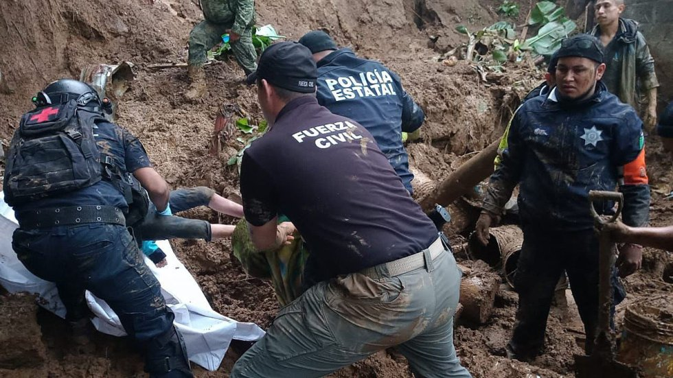 Policías estatales e integrantes de la fuerza civil trabajan en el rescate de cuerpos luego de un deslave hoy, en el municipio de Xalapa, en el estado de Veracruz (México). Al menos siete personas muertas, entre ellos una menor, y tres desaparecidas fueron reportadas este sábado por autoridades, debido a deslaves provocados por las intensas lluvias que dejó 'Grace'.