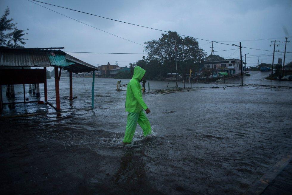 En su paso por Veracruz, el huracán ocasionó el desbordamiento de ríos, inundaciones y deslaves en algunas localidades que obligaron a las autoridades a evacuar a los pobladores.
