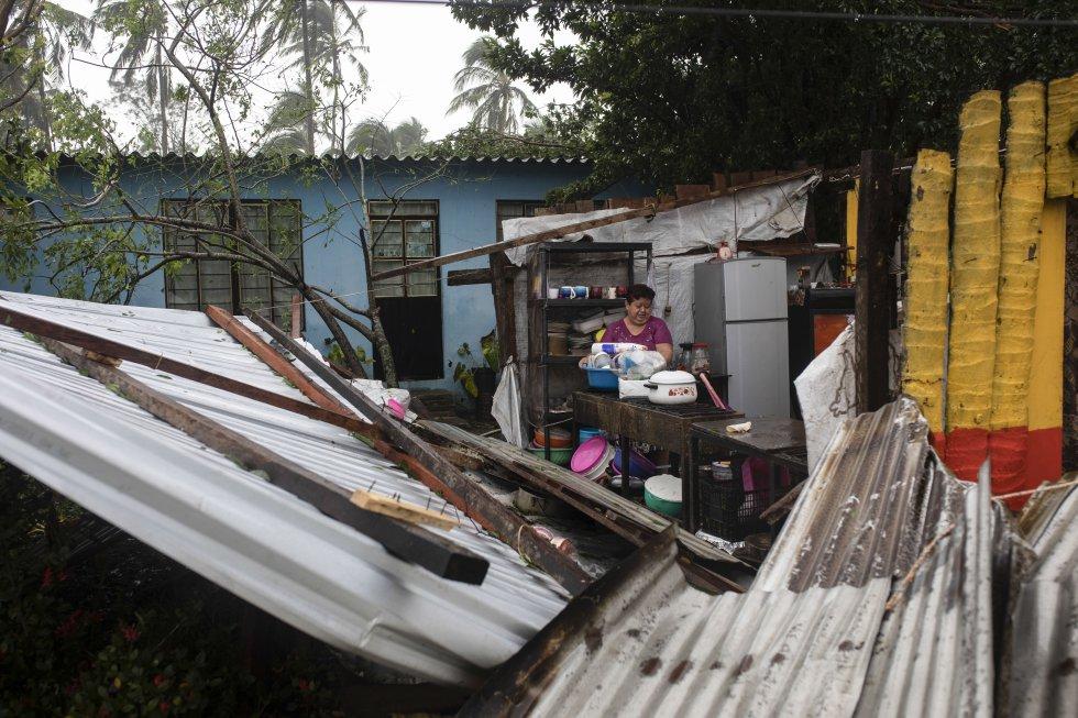 Vista de una construcción dañada a causa del impacto del huracán 'Grace' en Tecolutla, Veracruz, el 21 de agosto de 2021.