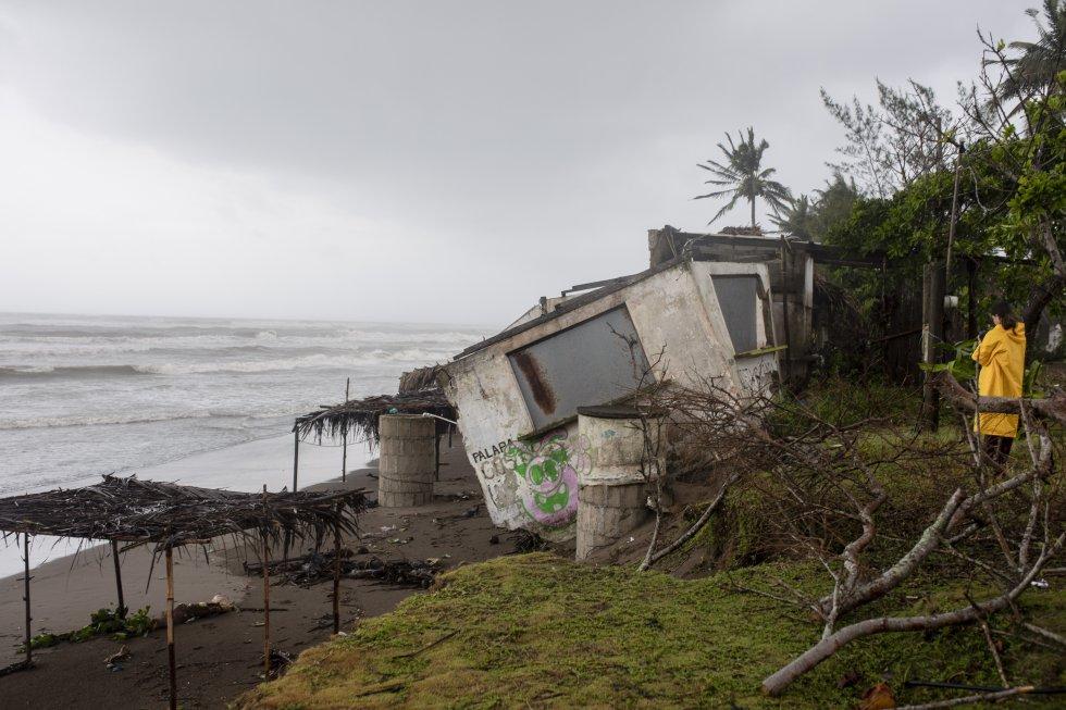 El gobernador de Veracruz, Cuitláhuac García, dijo el sábado en conferencia de prensa que el paso de huracán por la entidad dejó ocho fallecidos, entre ellos menores de edad, y tres desaparecidos.