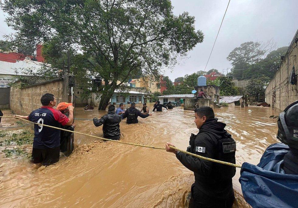 Policías estatales trabajan en el rescate de personas en el municipio de Xalapa. Las autoridades alertaron a la población a no bajar la guardia ya que el estado de emergencia no ha cesado debido a los deslaves.