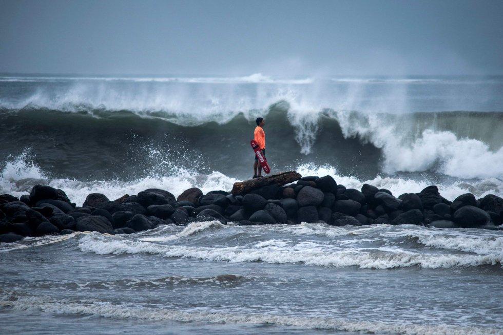 Un salvavidas observa una fuerte ola que llega a la costa debido a 'Grace', que recobró fuerza como huracán categoría 2, en Boca del Río, Veracruz.