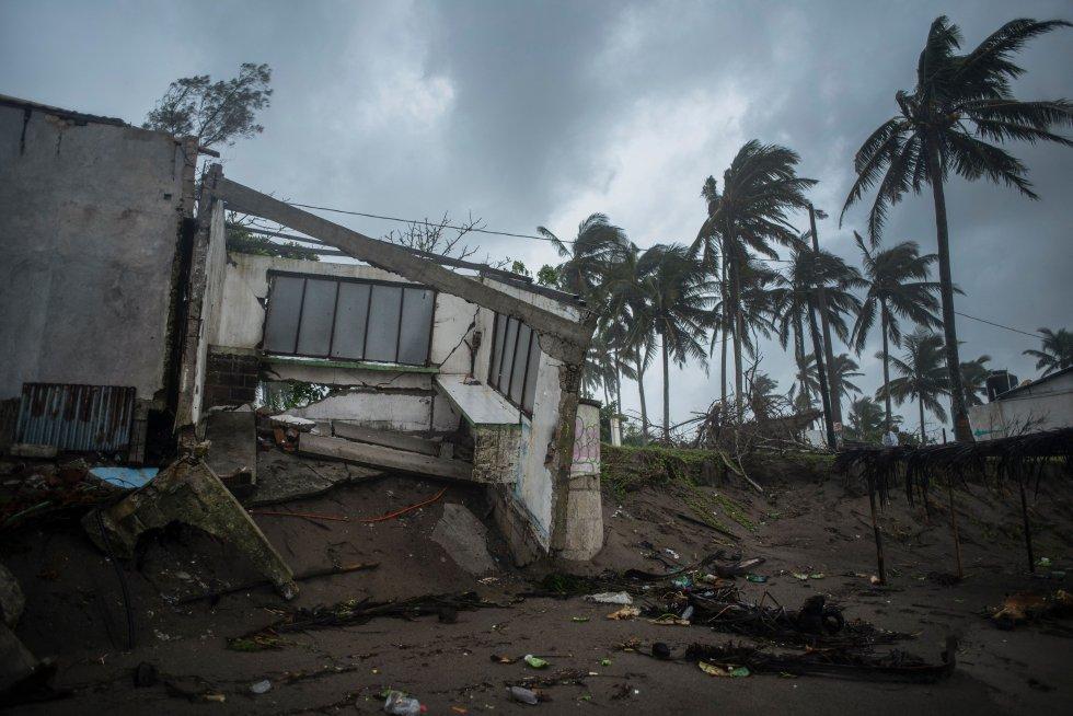 Aproximadamente 330.000 personas en Veracruz quedaron sin energía debido a la caída de torres de electricidad y a mediados de la mañana se había restablecido el servicio a unos 19.000 clientes, precisó el gobernador de Veracruz, Cuitláhuac García.