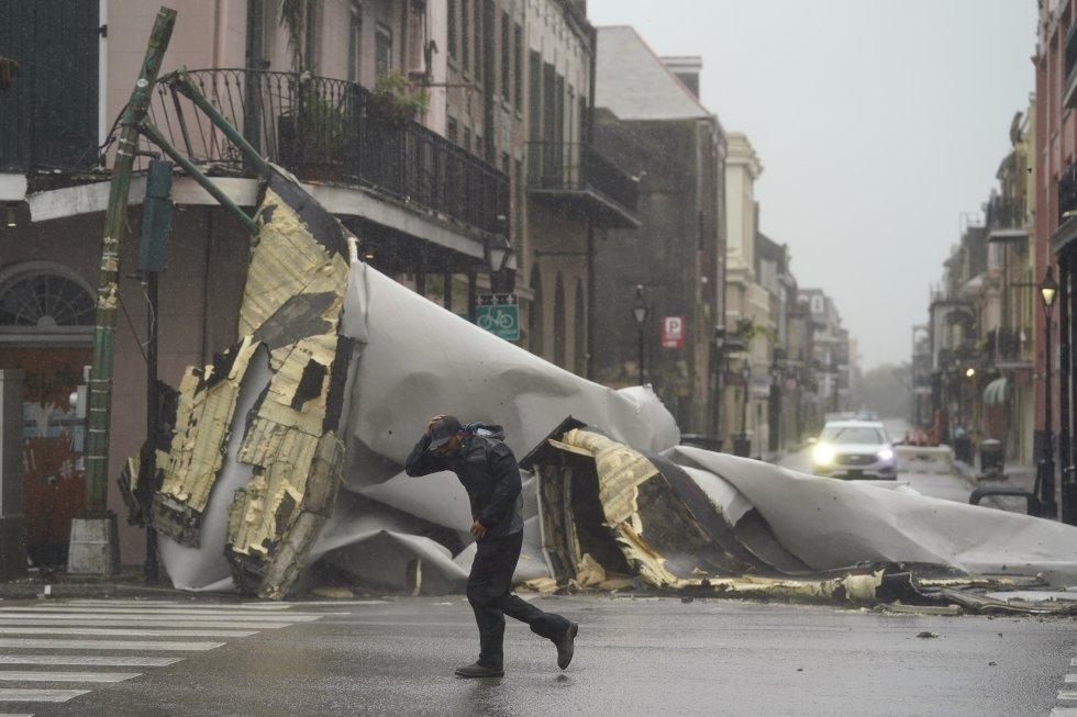 Una sección del techo de un edificio de Nueva Orleans se ha desprendido con el paso de los vientos de hasta 214 kilómetros por hora que llegaron con el huracán.