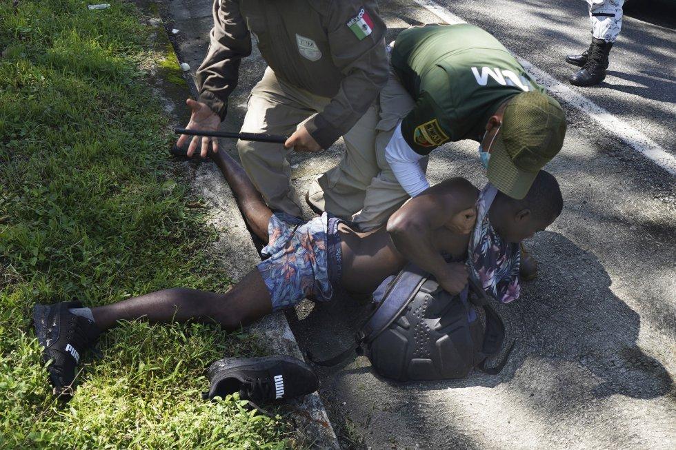 Agentes de inmigración mexicanos detienen a un hombre haitiano en Escuintla, en el Estado de Chiapas. El Gobierno mexicano ha desplegado esta semana un operativo para frenar a las caravanas migrantes que han salido de Tapachula, en la frontera con Guatemala, con dirección al norte.