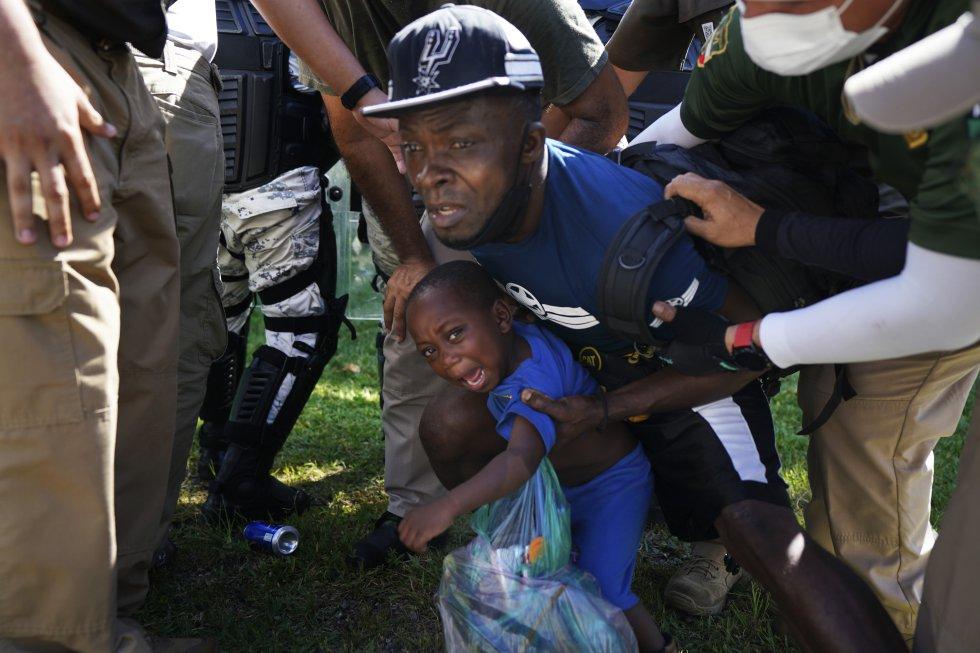 Un migrante haitiano y su hijo son detenidos por agentes de migración mexicanos en Chiapas. Unicef ha expresado su preocupación ya que han identificado casos de lesiones graves y de separación familiar.